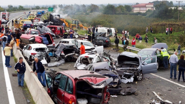 Hatalmas baleset az 5-ös főúton, mentőhelikopter, rengeteg mentő a helyszínen – migránsok karamboloztak - fotók