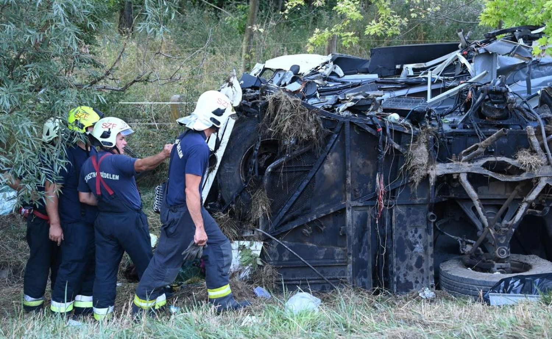 TRAGIKUS BALESET: Felborult egy busz az M7-esen, nyolcan vesztették életüket