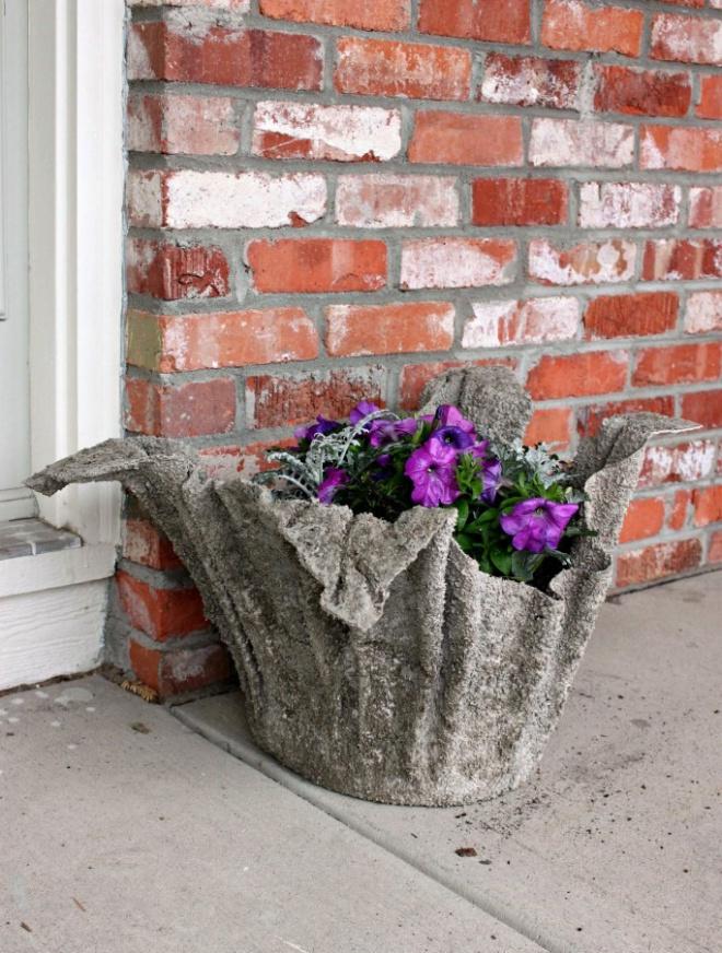 A legnagyobb növényeidet is lesz hová tenni. Egy vödör, egy törököző és némi cement kell csak hozzá!