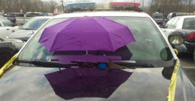 A rendőrautó szélvédője elé egy ernyőt tettek.