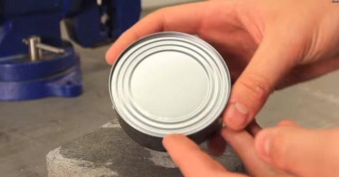 Így nyiss fel egy konzervet konzervnyitó nélkül. Csak a kezedet használod!