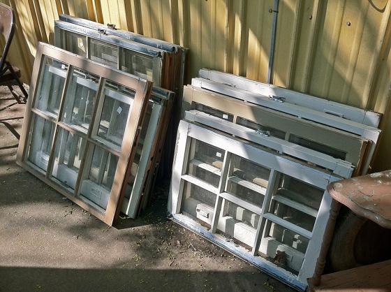 Volt pár régi ajtó és ablak a hátsókertben. Kitalált egy remek újrahasznosítást!