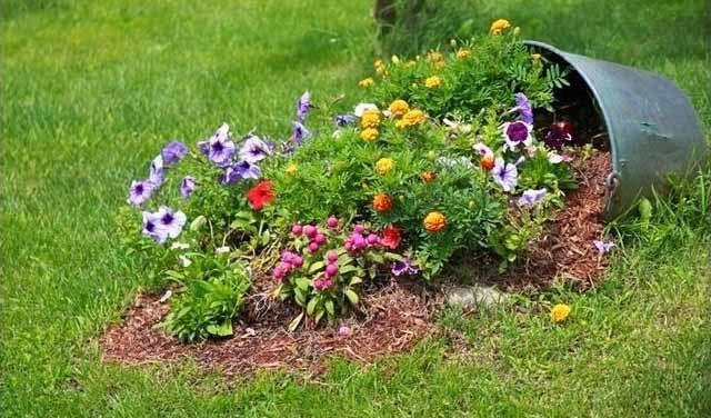 Fogta a cserepet, és lefektette a földre. Így kezdte beültetni a virágokat...
