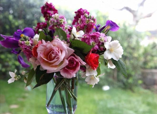Így lesz szép és tartós a vázába rakott virágod!
