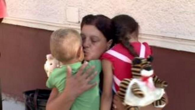 Kamerák előtt vitték el a nemrég megölt nő gyermekeit – MEGRÁZÓ VIDEÓ!
