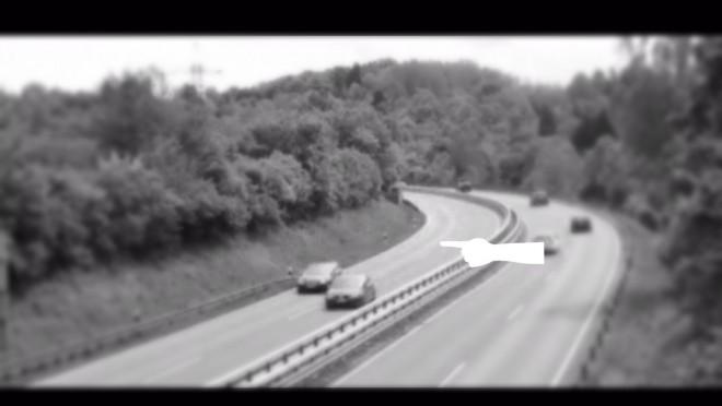 Fényes nappal az autópályán veszett nyoma egy autónak és sofőrjének. A kamera megörökítette a rejtélyes eltűnést.