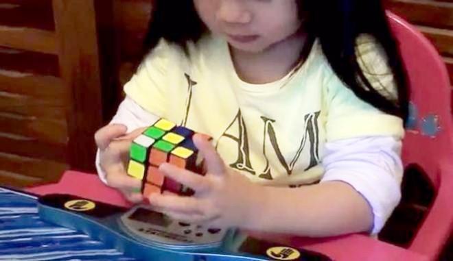 Nézd meg, hogy rakja ki egy 2 éves a Rubik kockát!
