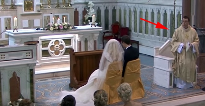 A templomi ceremónia meglepő fordulatot vett, amikor a pap az oltárhoz lépett
