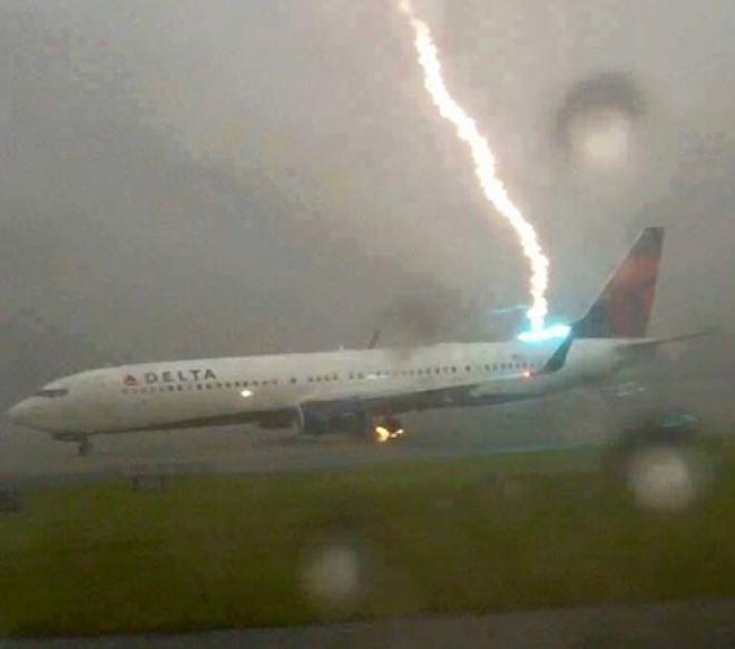 Villám csapott a repülőgépbe!
