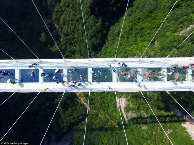 Tériszonyosok ezt ne nézzék meg! Üveghíd 300 méter magasan két szikla között.