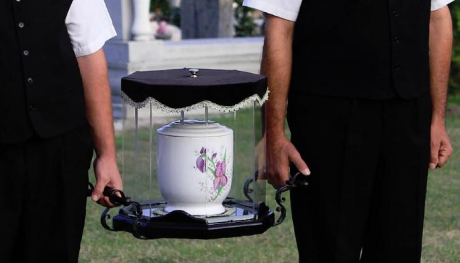 Tízből hárman otthon tartják szeretteik hamvait, mert nincs pénz temetésre!