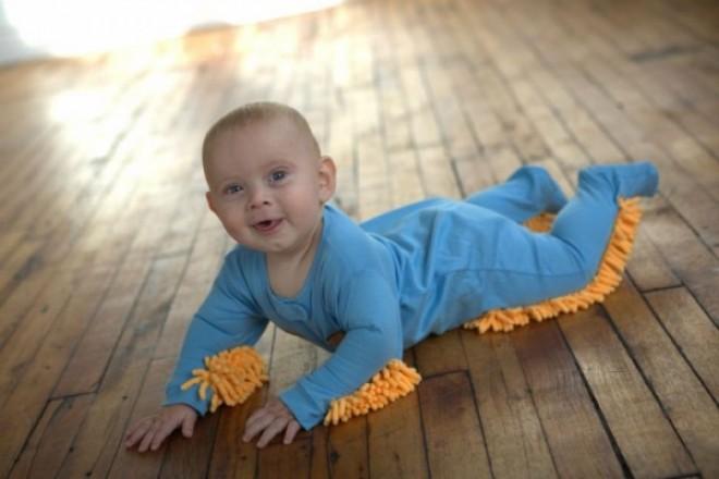 A baba egész nap a padlón kúszott-mászott...