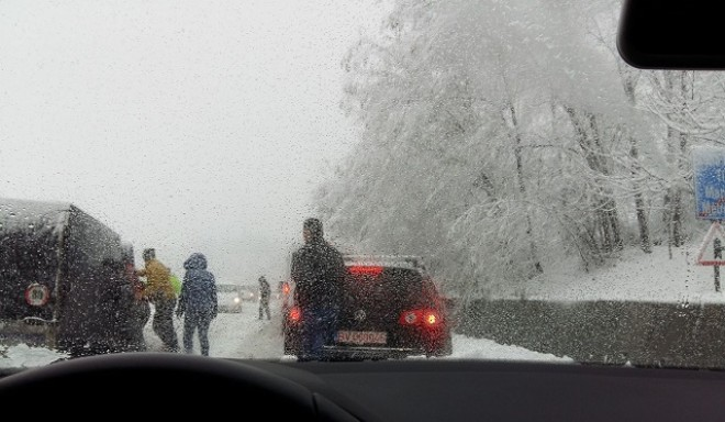 FELHÍVÁS! Hóvihar, hatalmas havazás, kidőlt fák és közlekedési káosz!