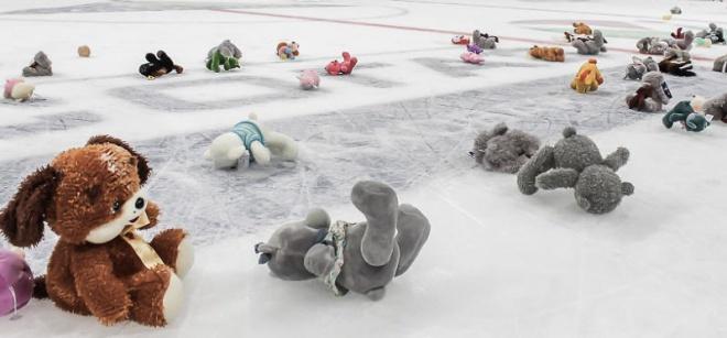 Mit keresett több száz plüssjáték a jégen?