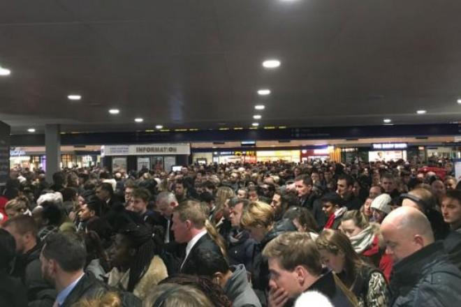17 metróállomást evakuáltak! Szinte megbénult a főváros tömegközlekedése!