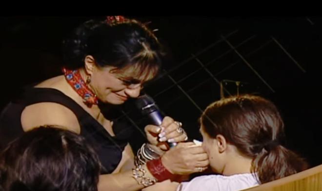 Könnyű álmot hozzon az éj - Ritka pillanat, amikor az édesanya zokogó kislányának énekli végül a csodaszép dalt.