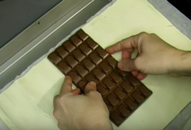 Fogott egy tábla csokit, és rátette a tésztára
