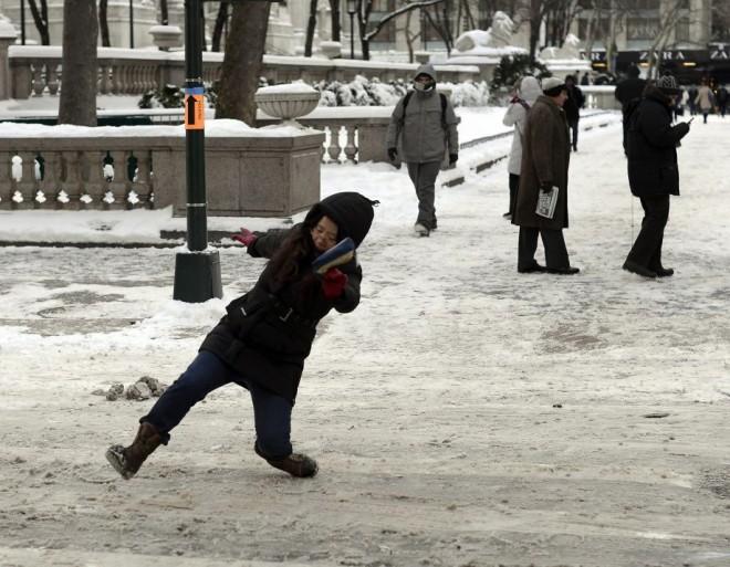 KETTŐS RIASZTÁS: Az ország keleti részében a hó miatt, a nyugati részen az ónos eső miatt!