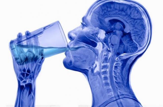 10 figyelmeztető jel, hogy túl kevés vizet iszol!