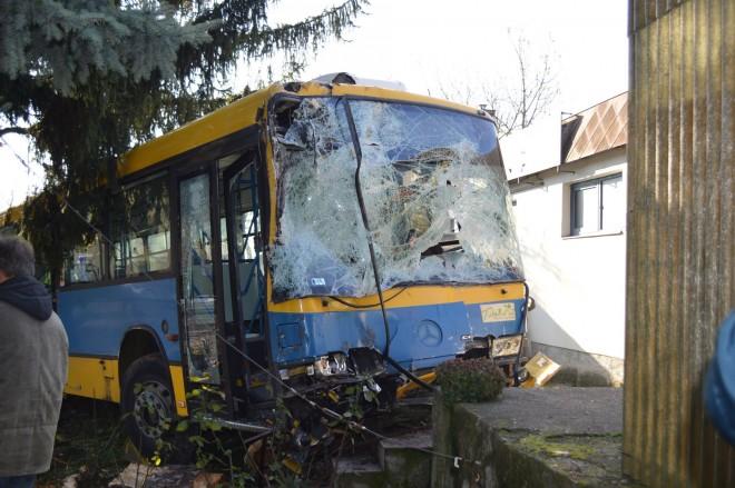 Ötven utassal balesetet szenvedett egy busz!