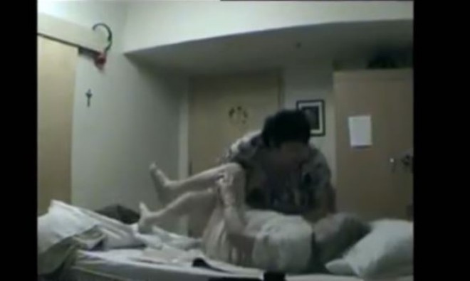 A nő betett egy kamerát az idősotthonban élő édesanyja szobájába. Sokkolta, amit látott!