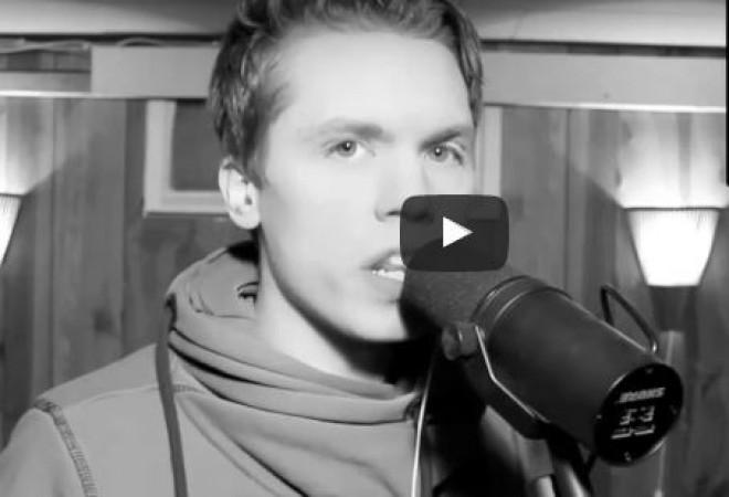 Ez a srác 45 ismert énekes hangján képes énekelni