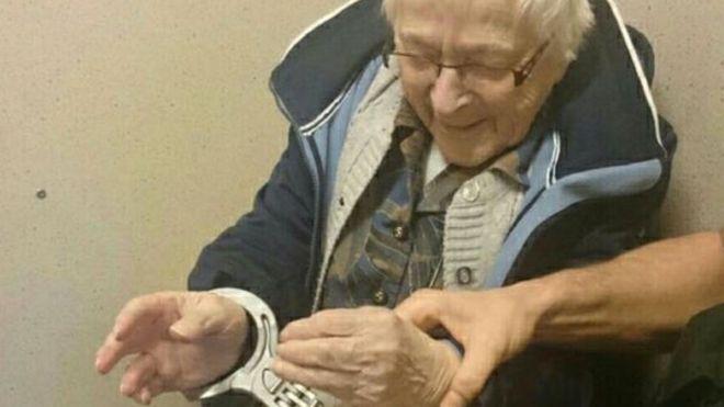 Nem találnád ki, miért bilincselték meg a 99 éves nénit!
