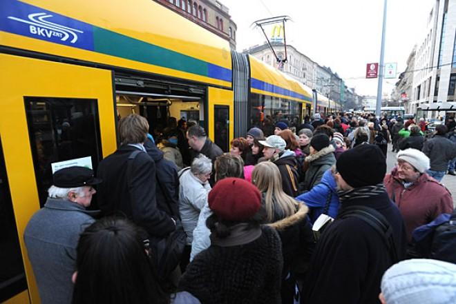 Rossz hír: Összeomolhat a tömegközlekedés! Pár napon belül kiderül, hányan állnak fel.