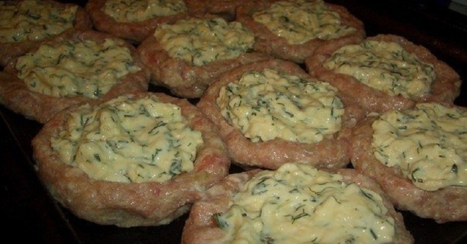 Fasírt helyett próbáld ki ezt: sajttal töltött darálthúsos fészek