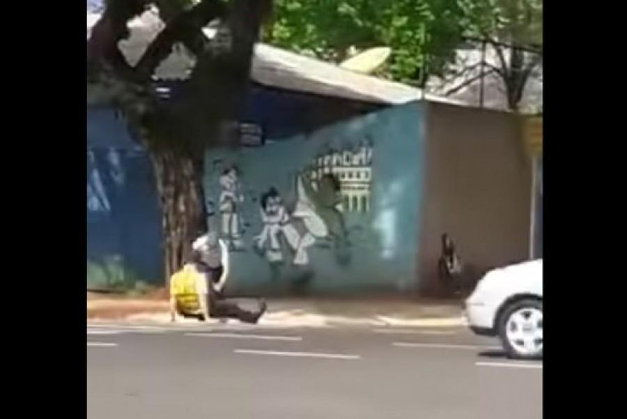 EZT NÉZD MEG! Felrúgtak a traffipaxozó rendőrt az út szélén - VIDEÓ!