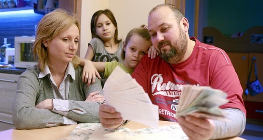 Változás lesz a családi pótlék és más támogatások utalásában!