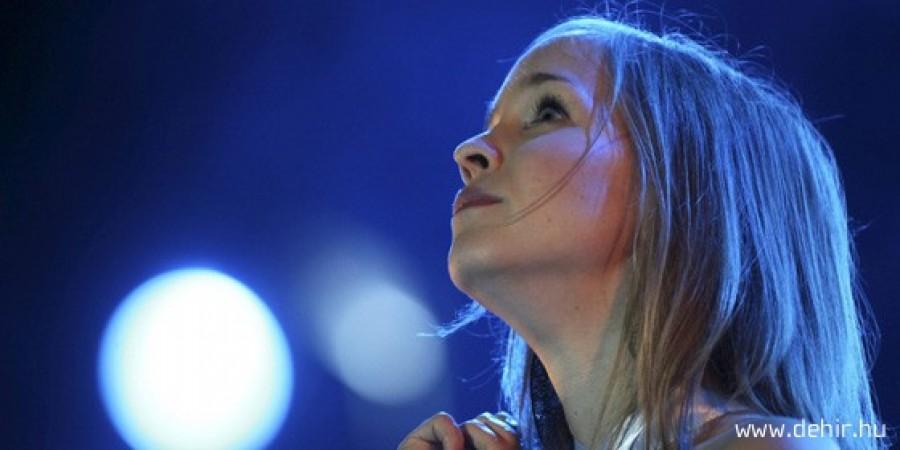 Az ismert énekesnő beszólt a Fideszes vezetőnek: Most szakadt el a cérna!