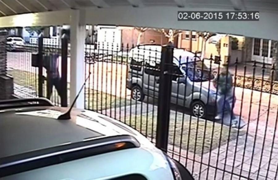 A nő észrevette, hogy tolvaj közeledik hozzá, ám nem pánikolt! Zseniális ötlete támadt!