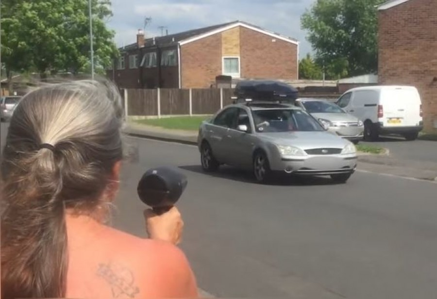 Egy nagyi, aki hajszárítóval riogatja a gyorshajtókat