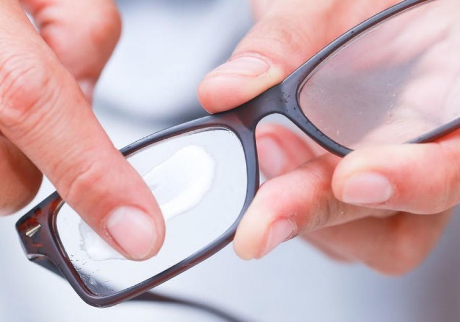 Így tüntetheted el a szemüvegeden lévő karcolásokat!