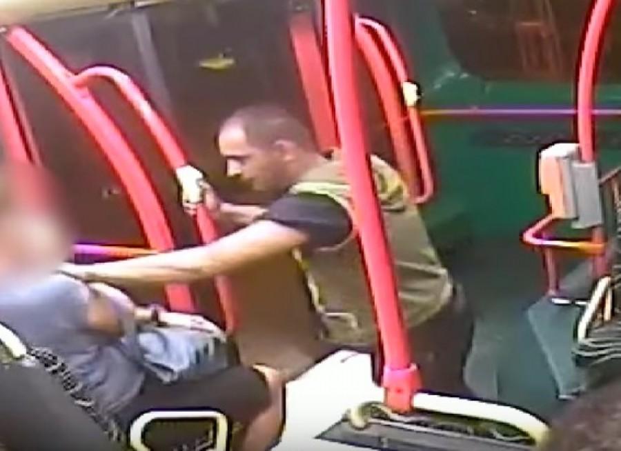 A képen látható férfi letépte egy nő nyakláncát a buszon!