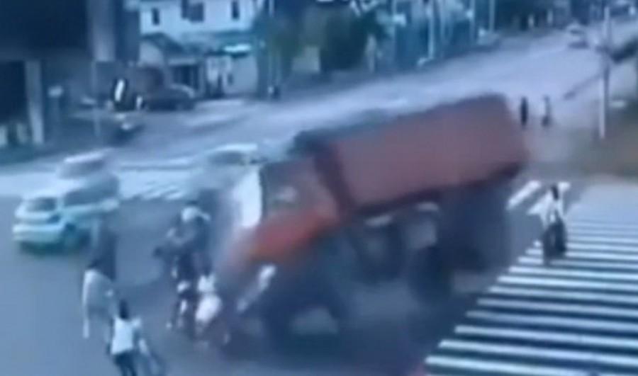 Hajtóvadászat indult egy férfi után, aki gyalogosok közé hajtott teherautóval!