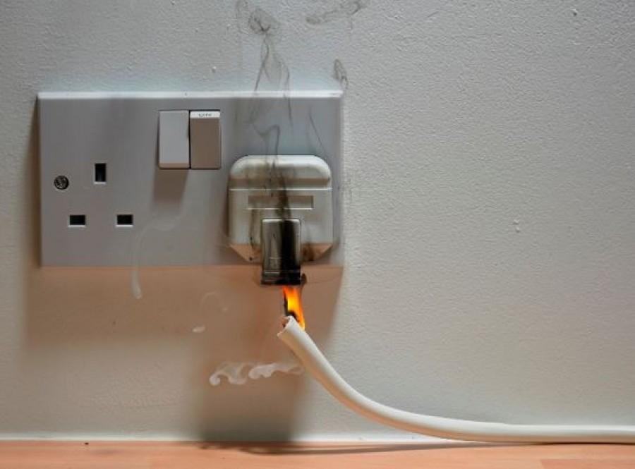 Életmentő figyelmeztetés: maradj távol a vízvezetékektől, ajtótól, ablakoktól, és kapcsoljuk ki az összes elektromos készüléket