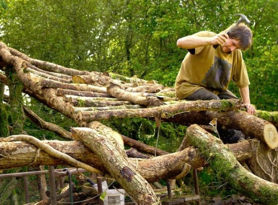 A közeli erdőből szedte össze a fát, és épített egy mesebeli házikót