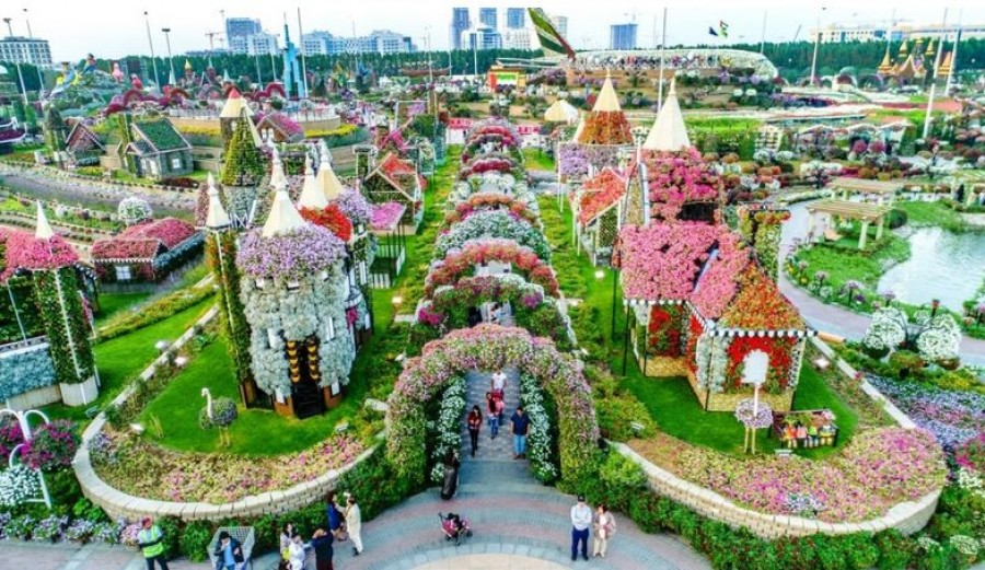 Ez a virágoskert önmagában is gyönyörű, de ha megtudod hol van, eláll a lélegzeted!