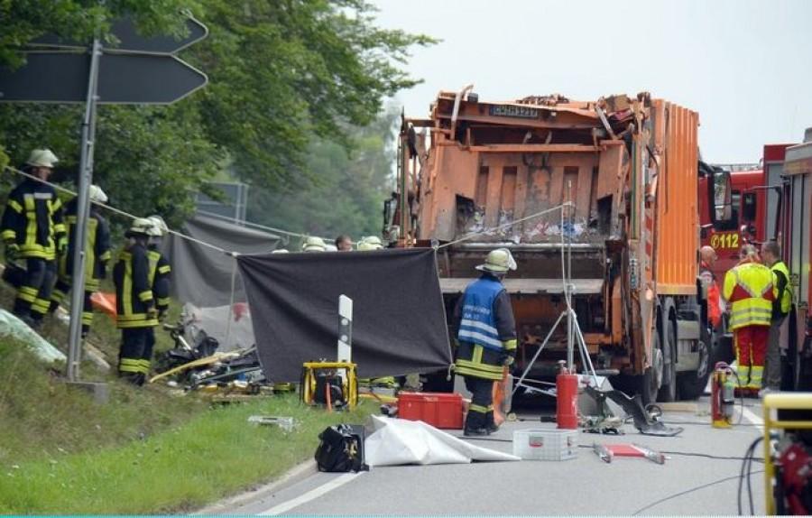 Kukásautó lapított ki egy személyautót - öten szörnyethaltak