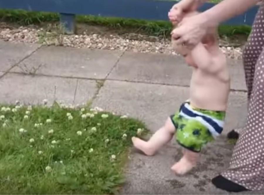 Egy csomó kisbaba utál a fűben ülni vagy járni. De miért szórakoznak ezen ilyen jól a szülők?