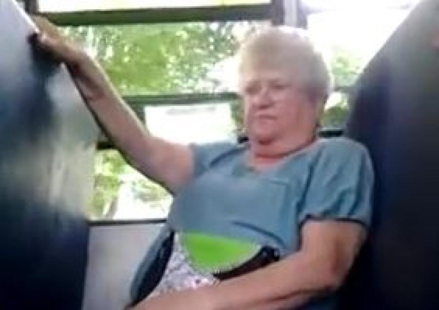 Iskolás fiúk piszkálták az idős nőt a buszon, aki végül elsírta magát. Ám érdekes fordulat következett...