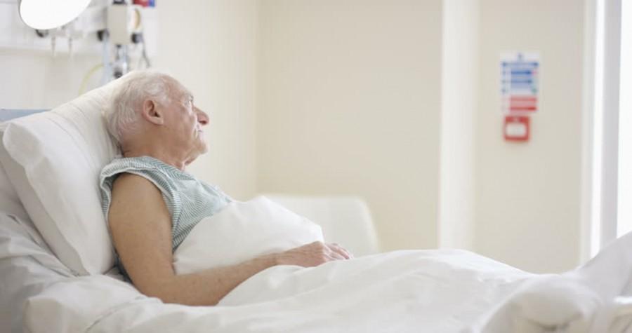 A lány haldokló nagyapja mellett ül a kórházban, amikor kinyílik az ajtó. És besétál rajta a CSODA!