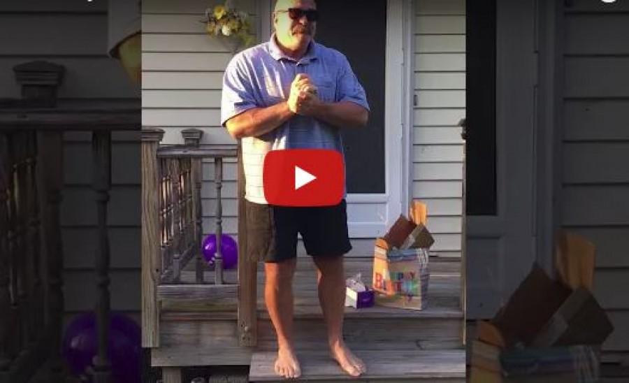 A 66 éves férfi olyan ajándékot kap a születésnapjára, hogy szinte földbe gyökerezik a lába