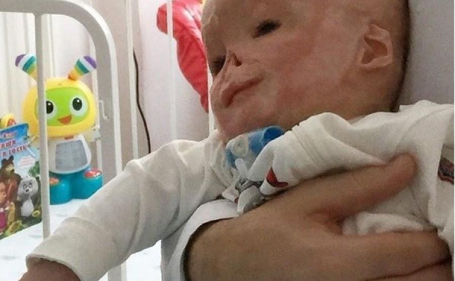 Az újszülöttet sárgaság miatt kellett egy speciális lámpa alá fektetni. Az őt ért tragédiára nem lehetett felkészülni.