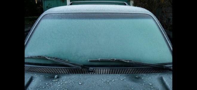 Ezzel az egyszerű trükkel másodpercek alatt eltüntetjük a jeget a szélvédőről.