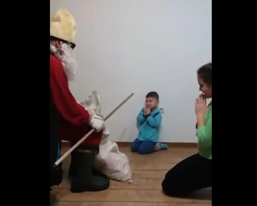 Nem hittem a szememnek: A Mikulás fenyegeti és veri a zokogó kisfiút!
