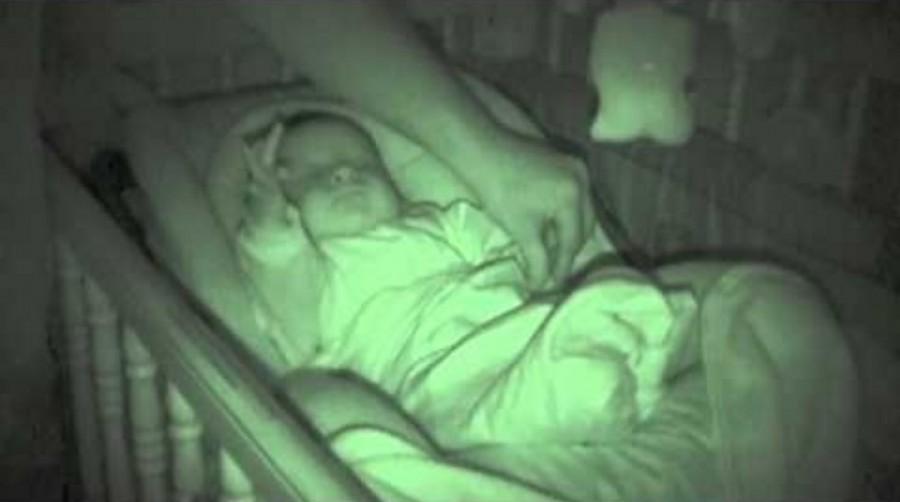 Az apa a takaró alá akarja tenni a kezét, de ekkor hihetetlen dolgot vesz észre