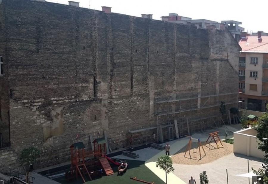 Szerinted ilyen falat kell nézni a gyerekeknek egy iskola udvarán? Ezzel csoda történt!
